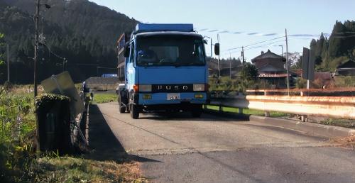 写真2■ 装置を設置後、重さ8tの荷重車で走行してたわみを計測(写真:TTES)