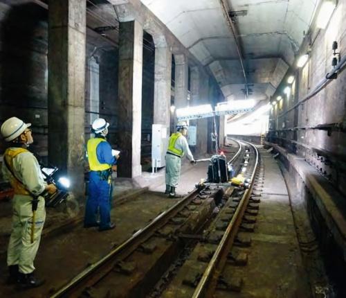 写真1■ 東京メトロは1路線を3カ月かけて点検する。3人1組で実施している(写真:東京メトロ)