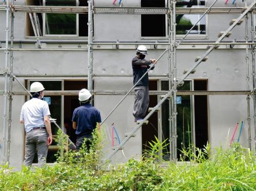 写真1■ 神奈川県内の建設現場に設置された足場を使い、20歳代の技能者2人を被験者として実験した(写真:日経クロステック)