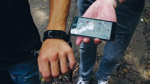写真4■ 運動強度が大きく変動しないよう、腕に心拍数を測れるウエアラブル端末を装着し、その数値が大きくぶれないようにしながら実験を進めた(写真:日経クロステック)