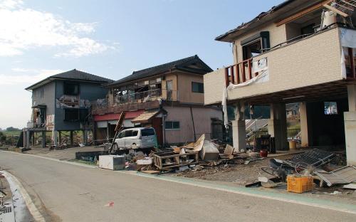 写真1■ 球磨村渡地区の球磨川沿い。浸水の被害を受けたピロティ形式の住宅が並ぶ。2020年7月19日に撮影(写真:日経クロステック)