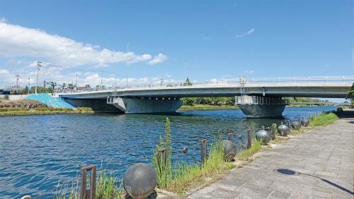 写真1■ 施工の終盤を迎えた大島橋。桁高はわずか1.2mしかない。設計の見直しによって、完成時期が当初予定の2020年9月から1カ月ずれ込んだ(写真:日経コンストラクション)