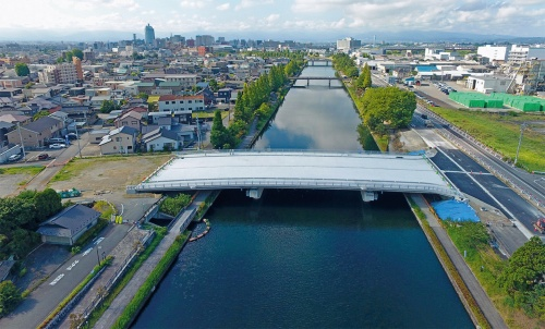 写真2■ 大島橋は都市計画道路の整備によって架け替えた。運河には遊覧船が行き来する(写真:富山市)