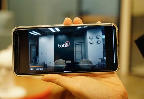 写真2■ 視線計測の端末とスマートフォンを無線でつなげば、計測結果をすぐに確認できる。画面内の赤丸が視線の位置を示す(写真:日経コンストラクション)