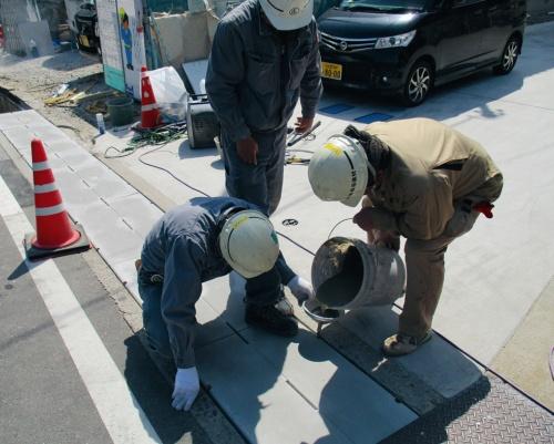 工場製作した蓋を設置後、無収縮モルタルを充てんして既設側溝と一体化する(写真:ゴトウコンクリート)