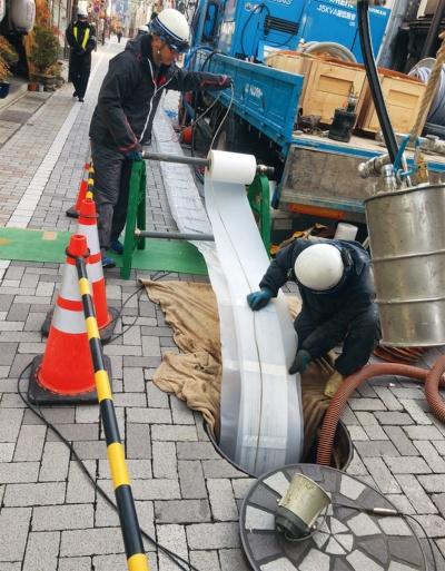 写真2■ 熱交換マットを下水管内に引き込む。不凍液は熱の伝導率が高く、腐食に強い架橋ポリエチレン管の中を流れる(写真:東亜グラウト工業)