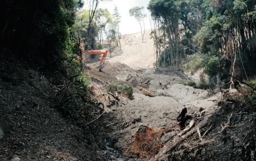 写真1■ 西日本豪雨で土砂崩れのあった大岩山。崩壊末端部の状況。多くの産業廃棄物の破片が散乱していたという(写真:京都大学防災研究所)