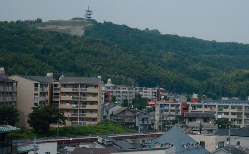 写真2■ 市街地から見る大岩山。山頂部に人工の盛り土が確認できる。2020年8月撮影(写真:日経コンストラクション)