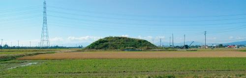 写真2■ 平野部に突然現れた建設残土の山。約5100m<sup>2</sup>の土地に高さ10m近くまで積み上げられた(写真:日経コンストラクション)