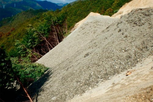 写真1■ 三重県尾鷲市の山中に積まれた建設発生土(写真:三重県)