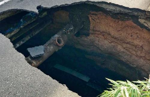午後1時。陥没箇所から直径25cmの下水道管が見える。この後、砂で埋め戻して応急復旧した。シールド機は事故当時、陥没地点から130mほど北まで進んでいた(写真:東日本高速道路会社)