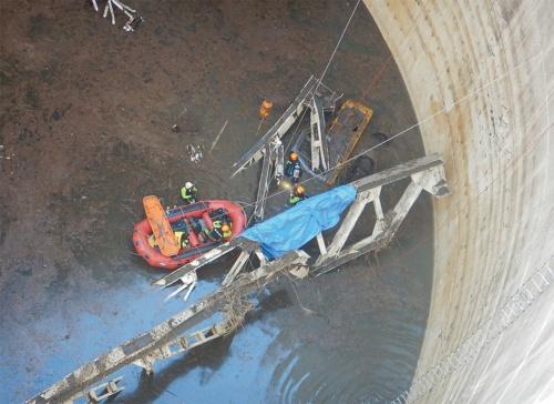 写真1■ 2020年8月25日、公園整備工事の現場である小柴貯油施設跡地の地下貯油タンク跡に有人の油圧ショベルが転落した。3日後の8月28日、横浜市消防局の部隊に救出されたが、オペレーターは死亡していた(写真:横浜市)