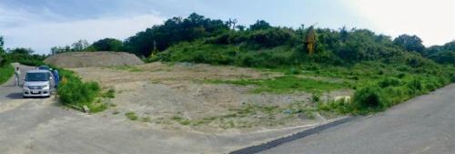 写真3■ 転落した油圧ショベルは他の工事現場から持ち込まれた建設発生土を小柴貯油施設跡地内で仮置きする作業を担っていた。写真は事故発生前のその仮置き場。タンク跡の位置を示す標識のようなものは見当たらない(写真:横浜市)