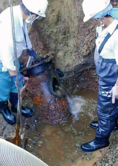 写真1■ 2020年9月29日、落石防護柵の支柱を立てるための削孔で用いたダウンザホールハンマーが、供用中の水道管に穴を開けた(写真:北海道北見市)