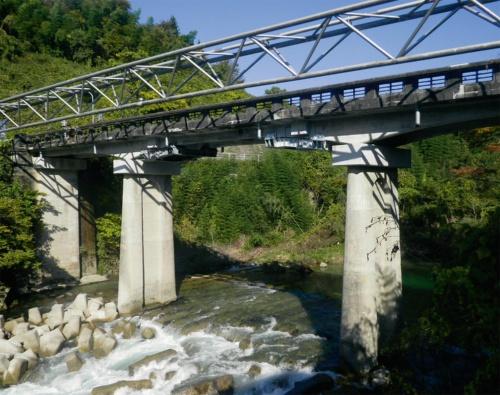 写真1■ 事故があった鶺鴒橋。1933年度に架設した3径間の鉄筋コンクリート橋で、中央径間がゲルバー構造になっている(写真:岐阜県恵那土木事務所)