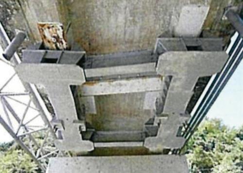 写真3■ 地震時などに桁の落下を防ぐ鋼製の落橋防止装置。施工は1990年代とみられる(写真:岐阜県恵那土木事務所)