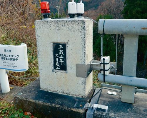 写真1■ 富山市の橋で実証中のモニタリングシステム。桁端部に設置して段差の発生などを検知する(写真:富山市)