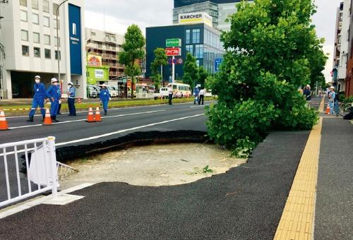 写真1■ 新横浜駅近くで20年6月12日に発生した1回目の陥没現場。約18m下をシールド機が通過していた(写真:鉄道建設・運輸施設整備支援機構)