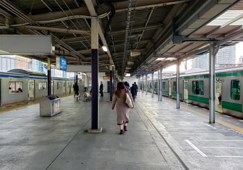 写真2■ 相鉄本線海老名駅のプラットホームに並ぶJR東日本の車両(右)と相鉄の車両(写真:日経コンストラクション)