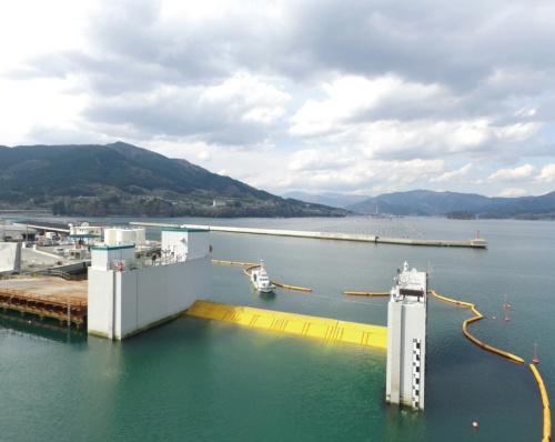 写真2■ 岩手県大船渡市に設置したフラップゲート式水門(写真:日立造船)