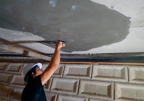 写真3■ 塗膜養生による仕上げ。玉名市の直営施工では、独自のマニュアルを作り、断面修復における膜養生を必須にしている(写真:玉名市)