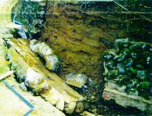 写真1■ 道路脇の石積み擁壁が崩落した事故現場。作業員が挟まれて左足切断の重傷を負った(写真:ビオス法律事務所)
