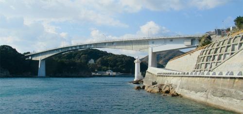 写真1■ 室津半島と長島の間の海上に架かる上関大橋。右側が、桁端部で跳ね上がりが生じた室津側(写真:日経コンストラクション)