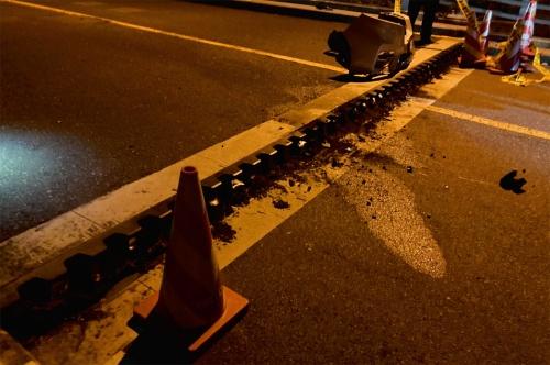 写真2■ 事故直後の様子。路面に約20cmの段差が生じ、通りかかった車が衝突した(写真:山口県)