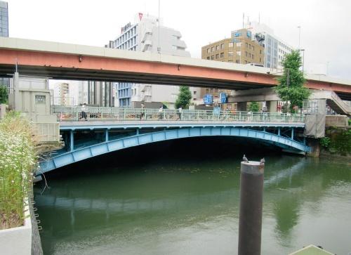 写真1■ JRや東京メトロの秋葉原駅にほど近い場所に架かる和泉橋。左側がA2橋台、右側がA1橋台(写真:日経コンストラクション)