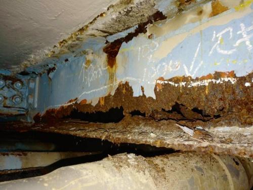 写真2■ 腐食して大きく欠損したA1橋台側の横桁。破損した排水管からの水漏れが大きな原因になったとみられる(写真:国土交通省東京国道事務所)