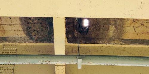 写真1■ 抜け落ちた寿橋の床版を下から見上げる。周囲に黒い染みが生じている(写真:広島県)