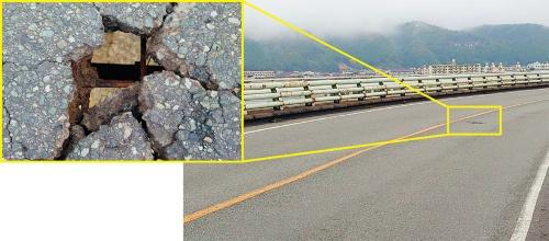 写真2■ 陥没した寿橋の路面。鉄筋だけを残して舗装が床版ごと抜け落ちた。信号待ちする大型車の荷重が影響したとみられる(写真:広島県)