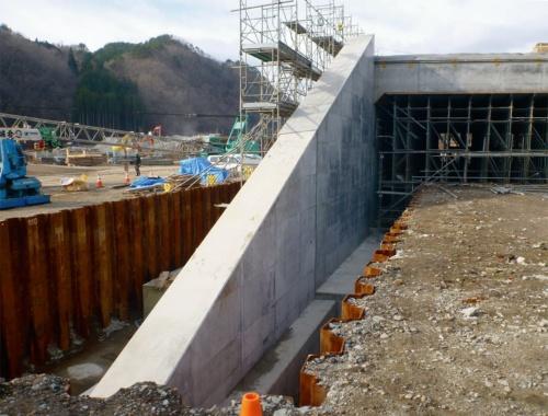 写真2■ 強度不足が指摘された逆T形擁壁の施工時の様子。なぜ鉄筋径が変えられていたのかは不明だ(写真:岩手県)