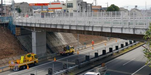 写真1■ 東京都日野市で中央自動車道をまたぐ緑橋。法面中腹に見えるA1橋台の前面と上部に打ち増したコンクリートに鉄筋不足が判明した(写真:日経コンストラクション)
