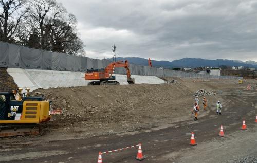 写真1■ 長野県東御市内の千曲川護岸復旧工事の現場。法面の白い部分が撤去作業中の法覆大型ブロックだ。2021年3月16日に撮影(写真:日経コンストラクション)