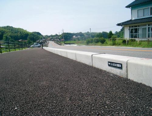 写真1■ 島根県の国道の歩車道境界ブロックにスイコムを適用した(写真:鹿島)