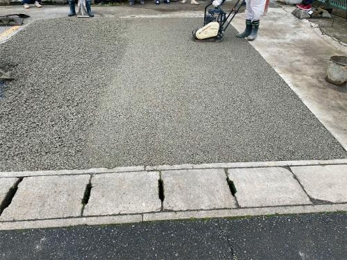写真1■ 透水性コンクリート舗装とは、セメントと水と粗骨材だけで製造する多孔質の特徴を持つ(写真:長岡生コンクリート)