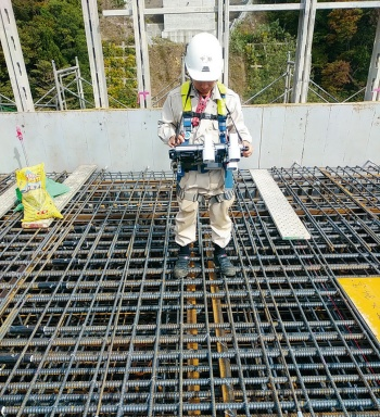 写真1■ 清水建設は現場で3眼カメラを使用。三角測量の原理で距離を割り出す(写真:清水建設)