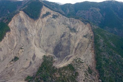 写真2■ ドローンで撮影した崩壊斜面。撮影した270枚の写真を基に調査エリア全体のオルソ画像と3次元データを作成した(写真:国土交通省大規模土砂災害対策技術センター)