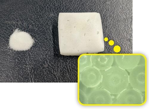 写真2■ 二酸化ケイ素を主成分とするガラスビース(上の写真左)とアルコール、触媒を加熱して製造した硬化体(上の写真右)。顕微鏡で見ると、粒子と粒子を接着している状況が分かる(右の写真)(写真:東京大学生産技術研究所酒井雄也研究室)