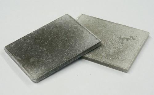 写真4■ コンクリートのがれきとプラスチック粉を混合して加熱、成型したプラスチックコンクリート(写真:日経コンストラクション)