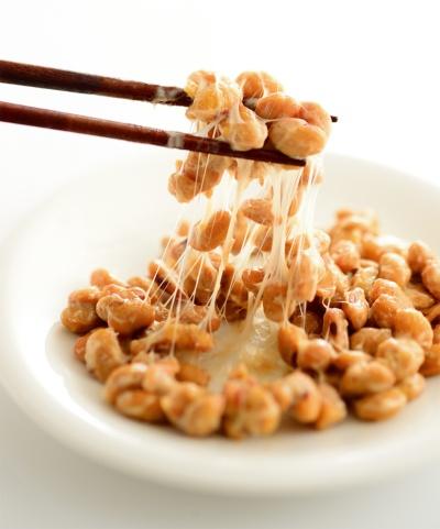写真1■ 納豆をつくる際に使用する納豆菌をコンクリートに混ぜる(写真:123RF)