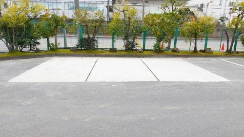 写真2■ 駐車場の舗装にスラグ固化体を打設した。繊維を添加することで曲げ強度とじん性が向上した(写真:奥村組土木興業)