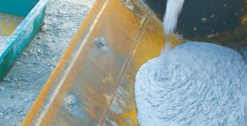 写真3■ スランプフローは39cmと高い流動性を示したため、バイブレーターは補助的な使用に限定した(写真:奥村組土木興業)