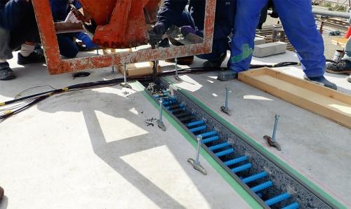 写真2■ サスティンクリートを使った床版の接合工法「サスティンジョイント」を試験施工する様子。実物大の床版を使った(写真:三井住友建設)