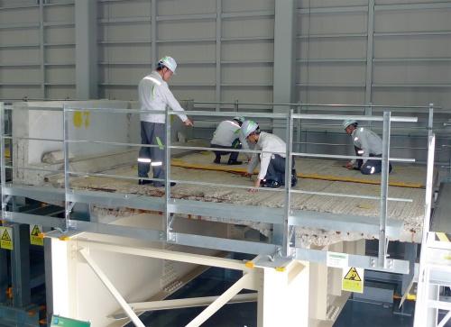写真1■ リニューアル工事で撤去した橋梁床版を使って点検などの研修をする様子(写真:東日本高速道路会社)