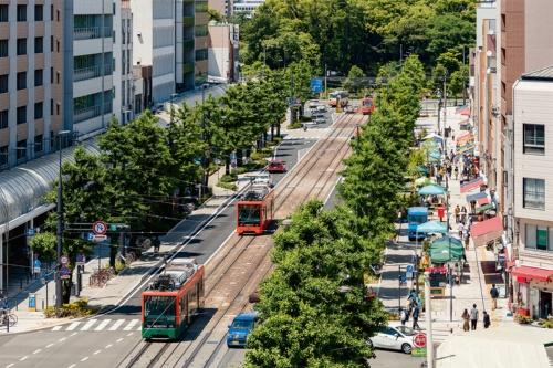 写真1■ 2017年にリニューアルした松山市の花園町通り。2011年から地元説明会を開始し、懇談会や社会実験を経て14年に工事着手。17年に完成した(写真:山内紀人)