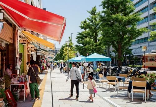 写真2■ 歩道に面する店舗の前に、商店街組合が「景観まちづくりデザインガイドライン」で規定したカラフルな可動式のオーニングテントが並ぶ(写真:山内紀人)