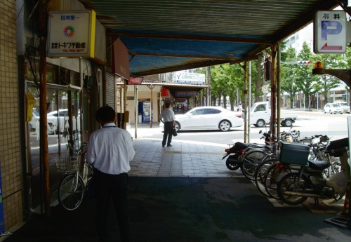写真3■ リニューアル以前の様子。アーケードが老朽化していたほか、暗くて歩きづらいという市民からの声もあった(写真:松山市)