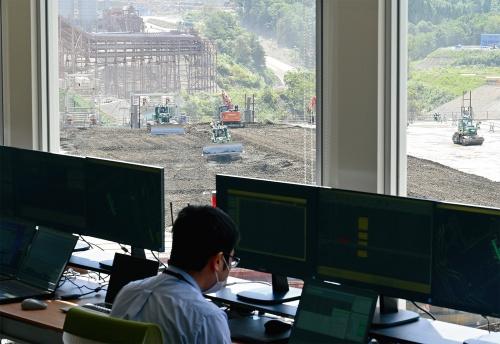 写真2■ ITパイロットが管制室でクワッドアクセルの稼働状況を監視する(写真:日経クロステック)